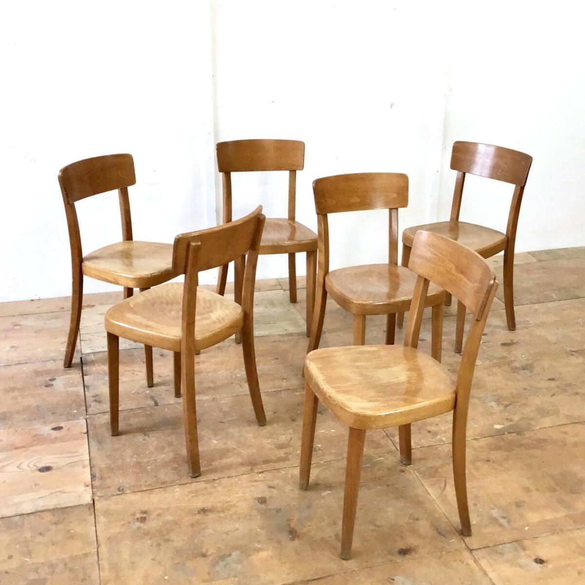 Stabile Qualitäts Stühle von Tütsch Klingnau, mit Alterspatina. Preis pro Stuhl. Simple funktionale Esszimmer Stühle ähnlich dem horgenglarus Classic Modell.