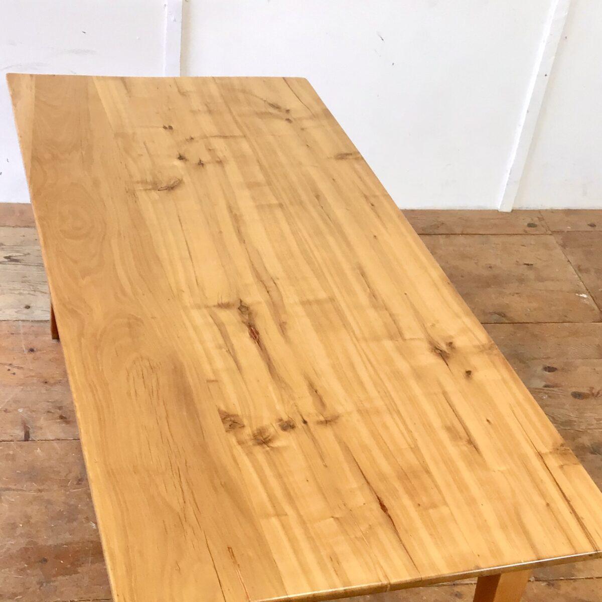 Alter Kirschbaum Biedermeiertisch mit sehr feingliedrigen Beinen. 166x77.5cm Höhe 75cm. An der einen Längsseite hat es eine Besteckschublade. Die Holzoberflächen sind lackiert.