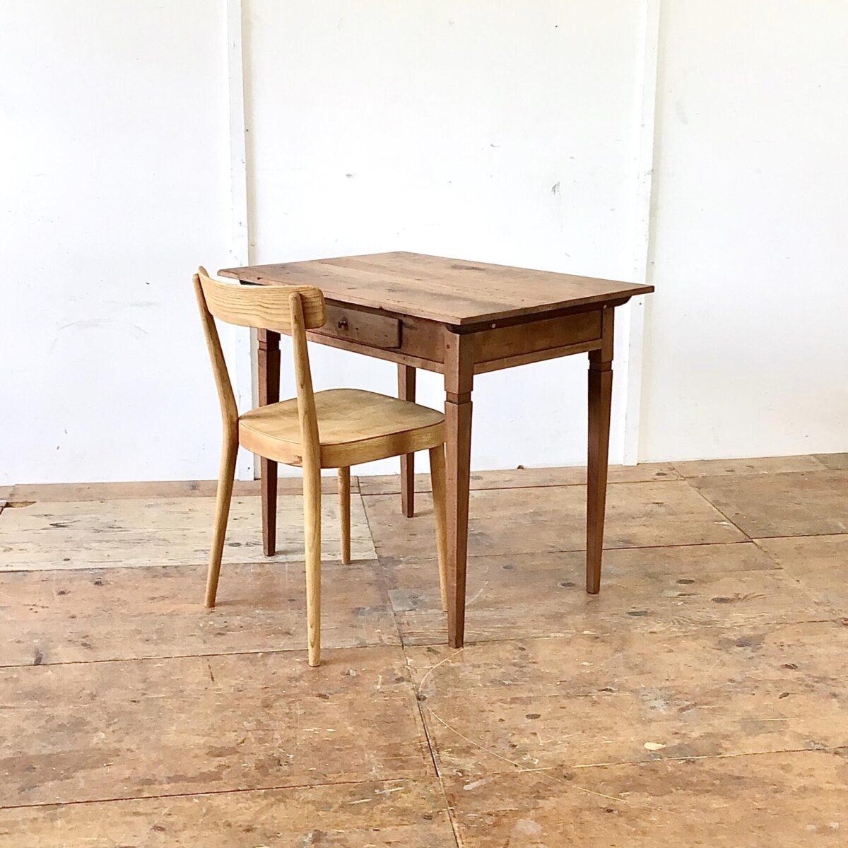 Kleiner Biedermeier Schreibtisch mit Schublade aus Nussbaumholz. 88.5x61.5cm Höhe 74.5cm. Der Tisch hat deutliche Altersspuren wie das leicht unebene Tischblatt mit Wurmlöchern und Alterspatina. Oder die abgebrochenen Ecken der Schubladenfront. Die Beine sind frisch verleimt und wieder stabil. Die Holz Oberflächen sind komplett geschliffen und mit Naturöl behandelt.