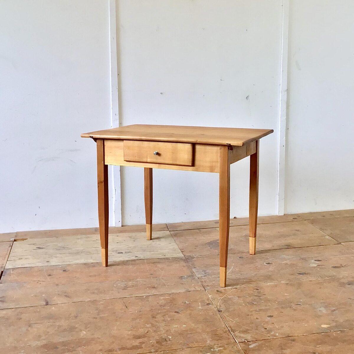 Kirschbaum Schreibtisch mit Schublade. 92x63.5cm Höhe 75cm. Der Schreibtisch oder Küchentisch hat auf der Tischoberfläche drei flicke aus Messing. Die Holzoberfläche ist mit Naturöl behandelt. Die Tischbeine wurden mal verlängert. Insgesamt sehr feingliedrig und leichtfüssig.