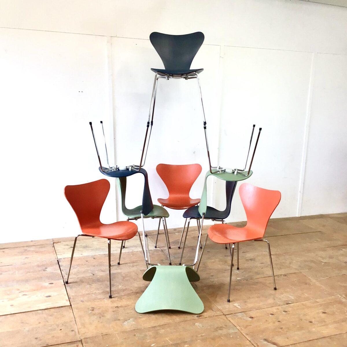 Deuxieme.shop 9 Arne Jacobsen Stühle von Fritz Hansen. Preis pro Stuhl. Je 3 in der gleichen Farbe. Sitzschalen teilweise leicht abgewetzt. Technisch in einwandfreiem Zustand.
