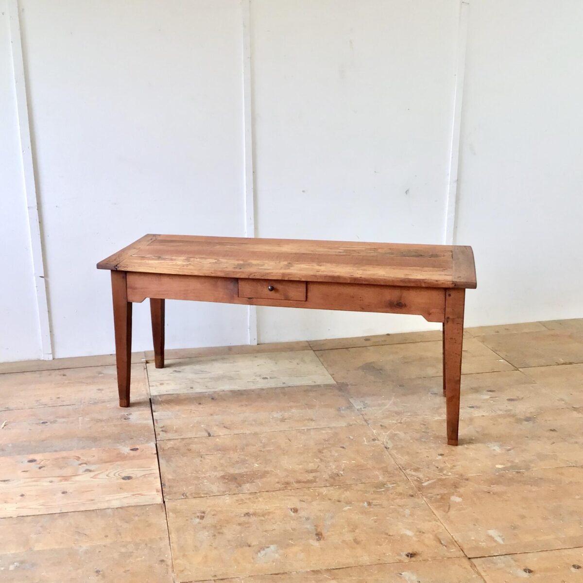 Deuxieme.shop Biedermeiertisch antiker Kirschbaum Tisch Massivholztisch Alter französischer Kirschbaumtisch mit zwei Besteck Schubladen. 171x68cm Höhe 76cm. Verlebtes altes Kirschbaum Vollholz mit Wurmlöchern, Schrammen, Beulen und Verfärbungen. Alters bedingte, leicht unebene Tischoberfläche. Der Tisch ist komplett geschliffen und geölt. Die gröbsten Ausgefressenen Stellen haben wir mit Kirschbaum Stirnholz gefüllt. Solch altes Kirschbaumholz hat eine sehr intensive rötliche Farbe. Tischbeine wurden mal etwas angesetzt, und die Zargen etwas gestutzt um die nötige Beinfreiheit zu gewährleisten.