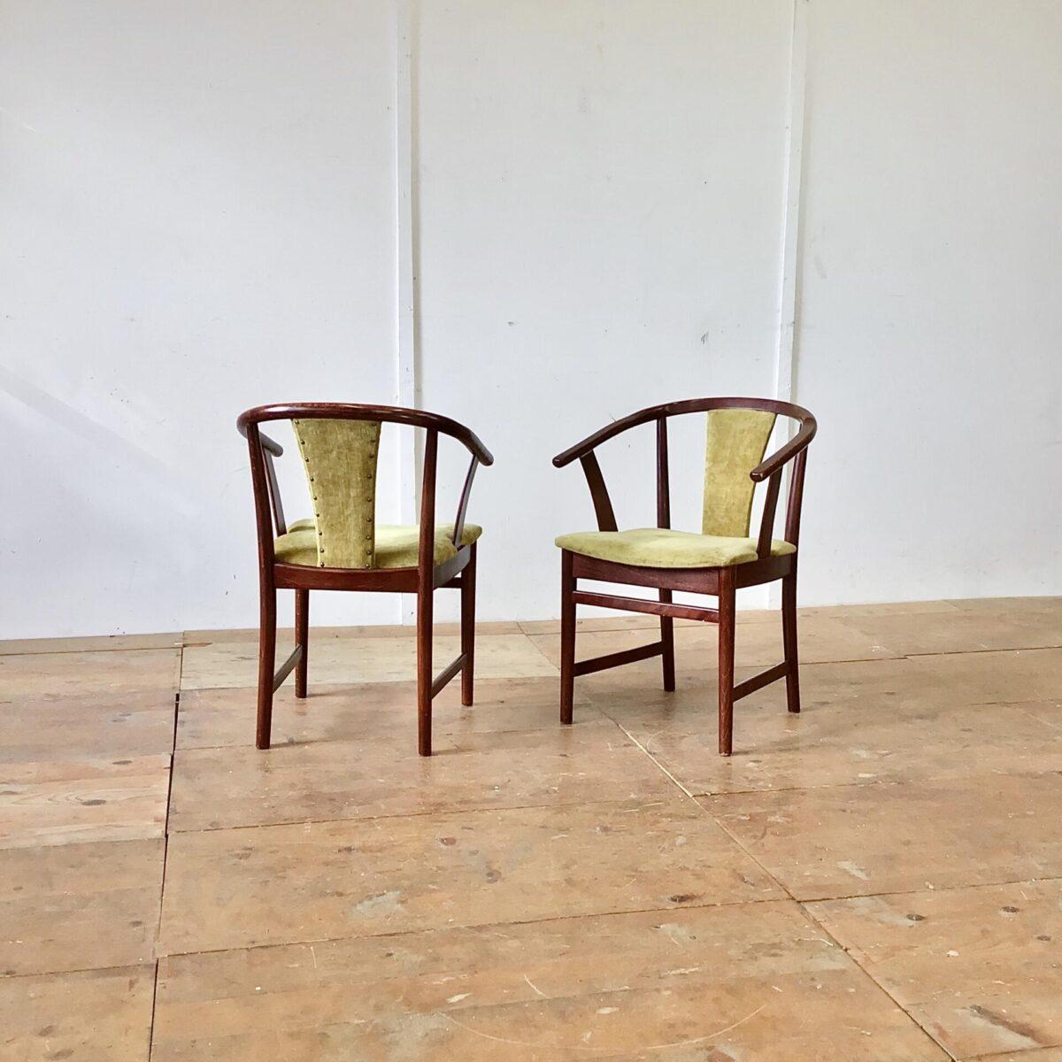 Deuxieme.shop midcentury stühle vintage Stühle Easy chairs Zwei Esszimmer Stühle mit Armlehnen. Grün-gelber Samt artiger Stoff mit Polsternägel beim Rücken.