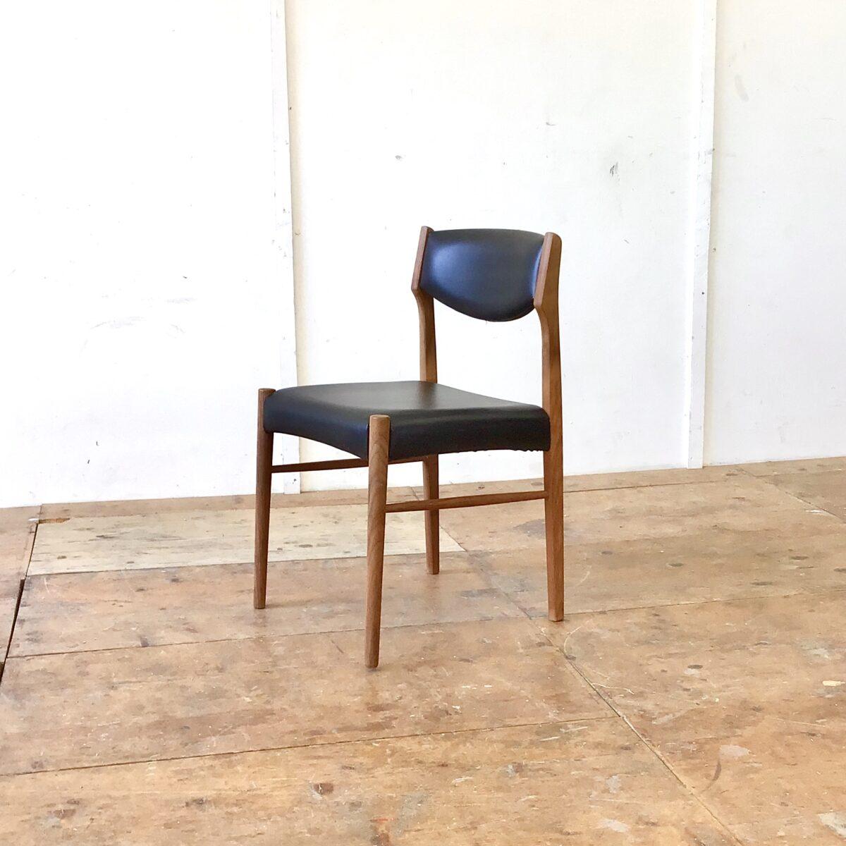 6 Midcentury Esszimmer Stühle von SAX Denmark. Stabiler guter Zustand, Lehne und Sitzfläche schwarzes Kunstleder oder Vinyl. Zwei haben kleinere Risse beim Bezug an der Lehne. Ist auf den Fotos ersichtlich.