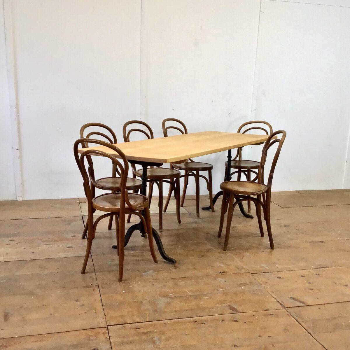Deuxieme.shop Beizentisch massivholz Tisch Esszimmer Tisch Restauranttisch. Schlichter heller Beizentisch aus Ahorn Holz. 195x72cm Höhe 76cm. Alter Wirtshaustisch geschliffen und mit Naturöl behandelt. Mit geschwungenen Gussfüssen, es können auch andere Gusseisenfüsse ausgewählt werden.