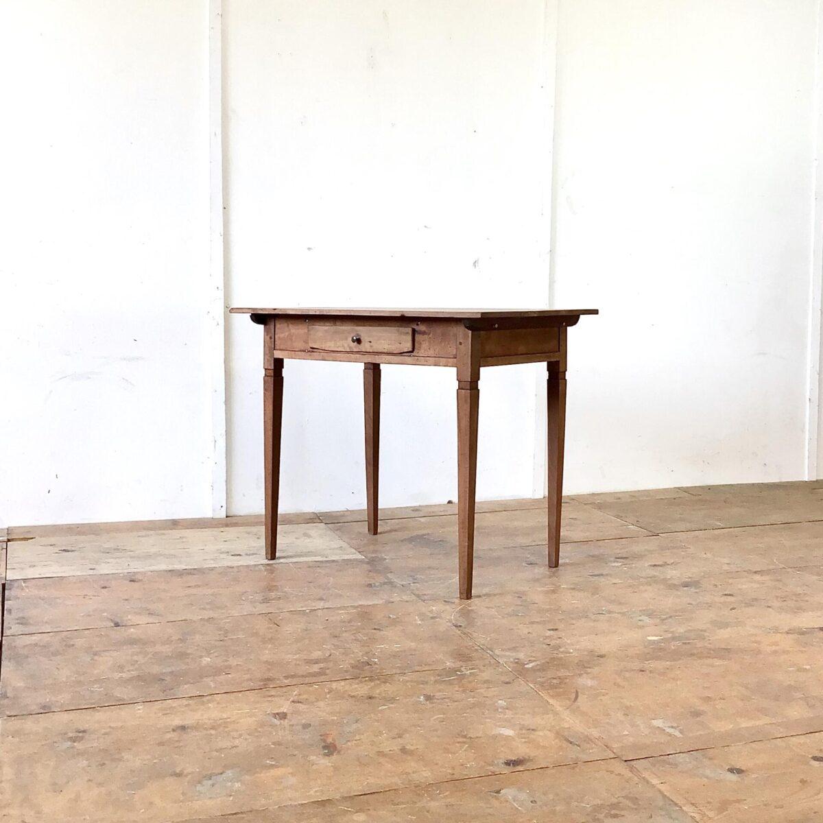 Deuxieme.shop Kleiner Biedermeier Schreibtisch mit Schublade aus Nussbaumholz. 88.5x61.5cm Höhe 74.5cm. Der Tisch hat deutliche Altersspuren wie das leicht unebene Tischblatt mit Wurmlöchern und Alterspatina. Oder die abgebrochenen Ecken der Schubladenfront. Die Beine sind frisch verleimt und wieder stabil. Die Holz Oberflächen sind komplett geschliffen und mit Naturöl behandelt.