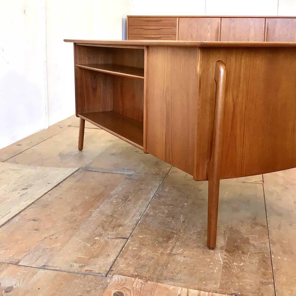 Dänischer Teak Schreibtisch von Svend Åge Madsen für Sigurd Hansen. 156x76cm Höhe 72cm. Dieser Teak Tisch aus den 50er Jahren ist in sehr gutem Zustand und rundherum hochwertig verarbeitet. Einzig auf dem Tischblatt gibt es, im Bereich einer Schreibunterlage, ein farblicher Unterschied.