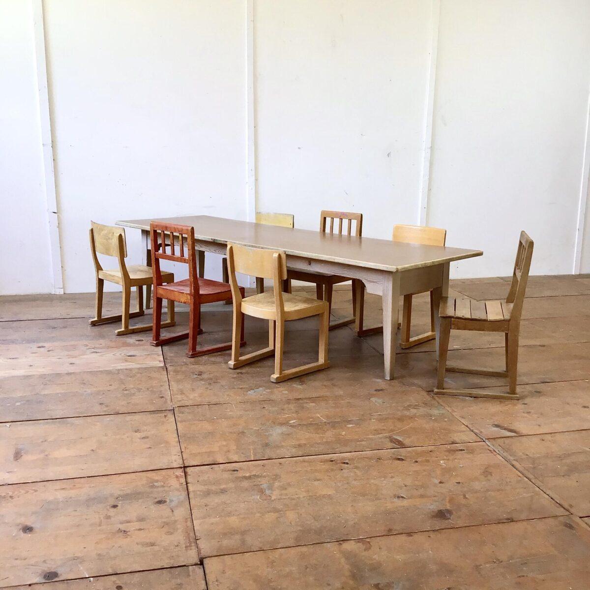 Deuxieme.shop Esstisch Holztisch vintage Beizentisch horgenglaruschairs horgenglarus Stühle.Kinder Biedermeiertisch mit braunem Linoleum Tischblatt. 200x65cm Höhe 51cm. Langer Kindergartentisch oder für die stimmungsvolle Kinder Bastellecke. Als etwas längerer Couchtisch ebenfalls geeignet. Stühle sind auch zu haben zwischen 40 und 60.- pro Stuhl.