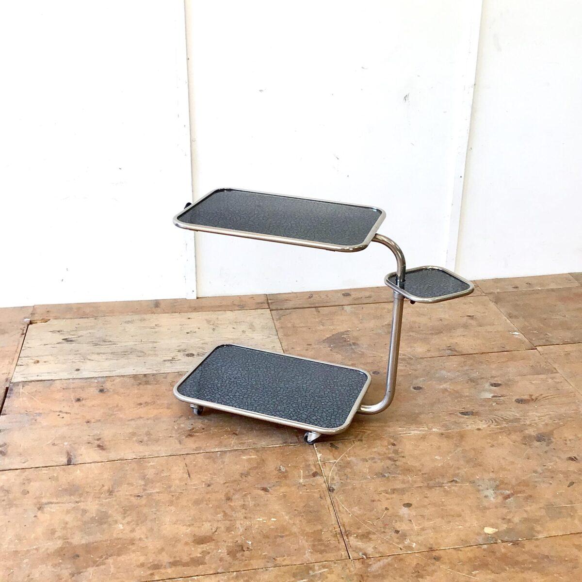 Deuxieme.shop 60er 70er Jahre Beistelltisch, Servierwagen, Stehtisch. 80x43cm Höhenverstellbar von 70-96cm. Der Beistelltisch ist in beeindruckend gutem Zustand. Vorallem die verchromten Elemente sind oft leicht angerostet oder angelaufen. Das kleine Tablar ist ebenfalls höhenverstellbar und drehbar. Das Obere Tablett lässt sich schräg stellen, und kann so auch als Notenständer gebraucht werden.