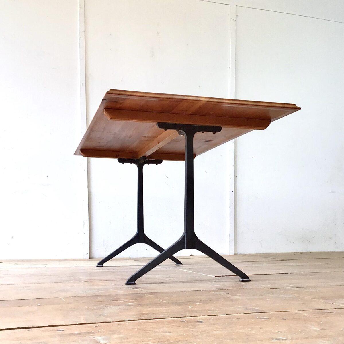 Deuxieme.shop Alter Kirschbaum Wirtshaustisch frisch aufbereitet. 160x80cm Höhe 75cm. Das lebhafte rötliche Tischblatt ist mit Naturöl behandelt. Die klassische Profilkante ist optisch, und für die Unterarme angenehm. Die Gussfüsse zeichnen sich durch ihre klare schnörkellose Form aus. Und sind nochmal etwas schlanker als die vergleichbaren Modelle von horgenglarus.