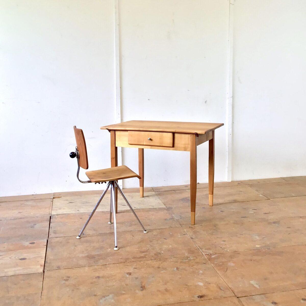 Deuxieme.shop Biedermeiertisch. Kirschbaum Schreibtisch mit Schublade. 92x63.5cm Höhe 75cm. Der Schreibtisch oder Küchentisch hat auf der Tischoberfläche drei flicke aus Messing. Die Holzoberfläche ist mit Naturöl behandelt. Die Tischbeine wurden mal verlängert. Insgesamt sehr feingliedrig und leichtfüssig.
