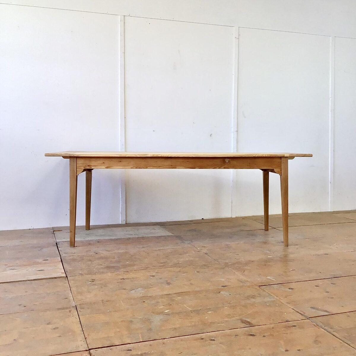 Deuxieme.shop Tannenholz Biedermeiertisch 207x78cm Höhe 72.5cm. Tischbeine frisch verleimt und stabilisiert. Holzoberflächen geschliffen und mit Naturöl behandelt.