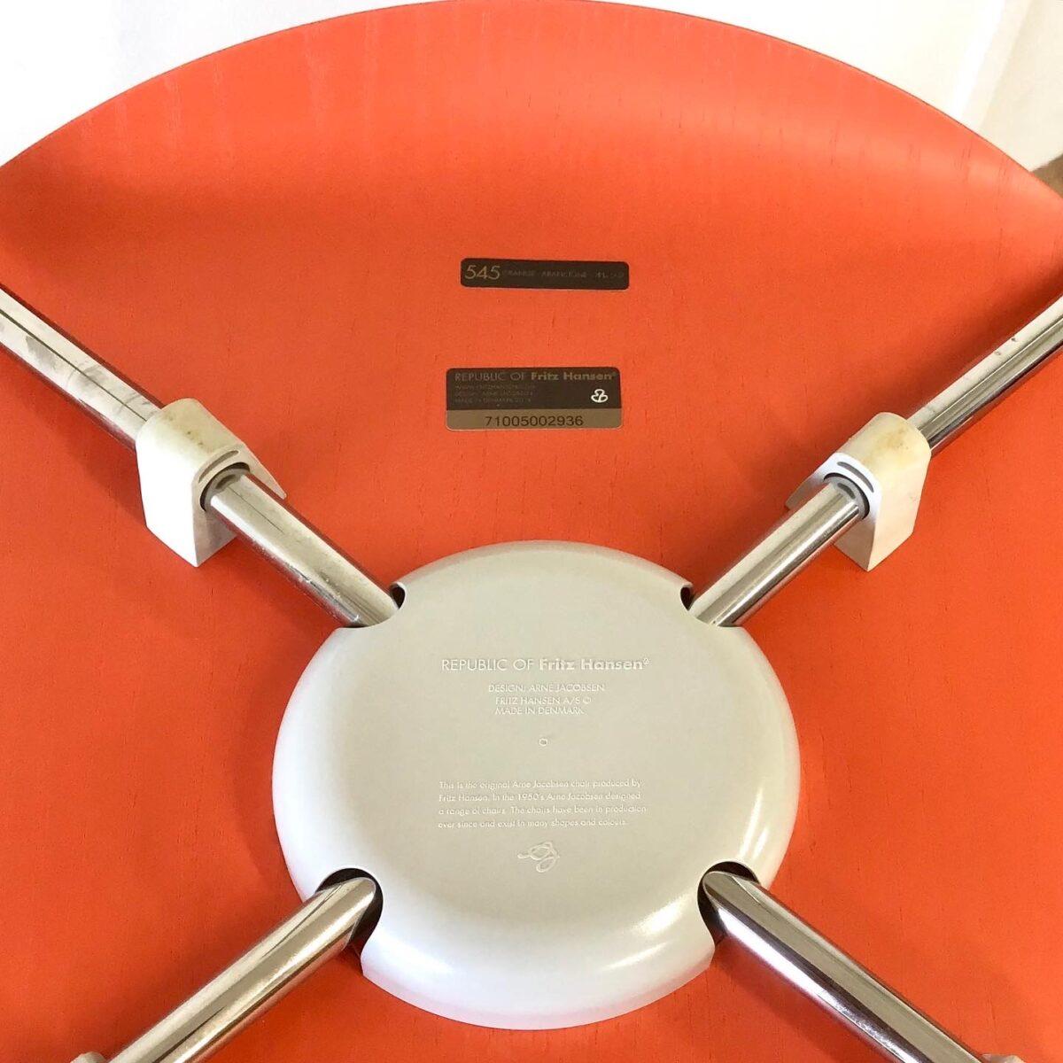 9 Arne Jacobsen Stühle von Fritz Hansen. Preis pro Stuhl. Je 3 in der gleichen Farbe. Sitzschalen teilweise leicht abgewetzt. Technisch in einwandfreiem Zustand.