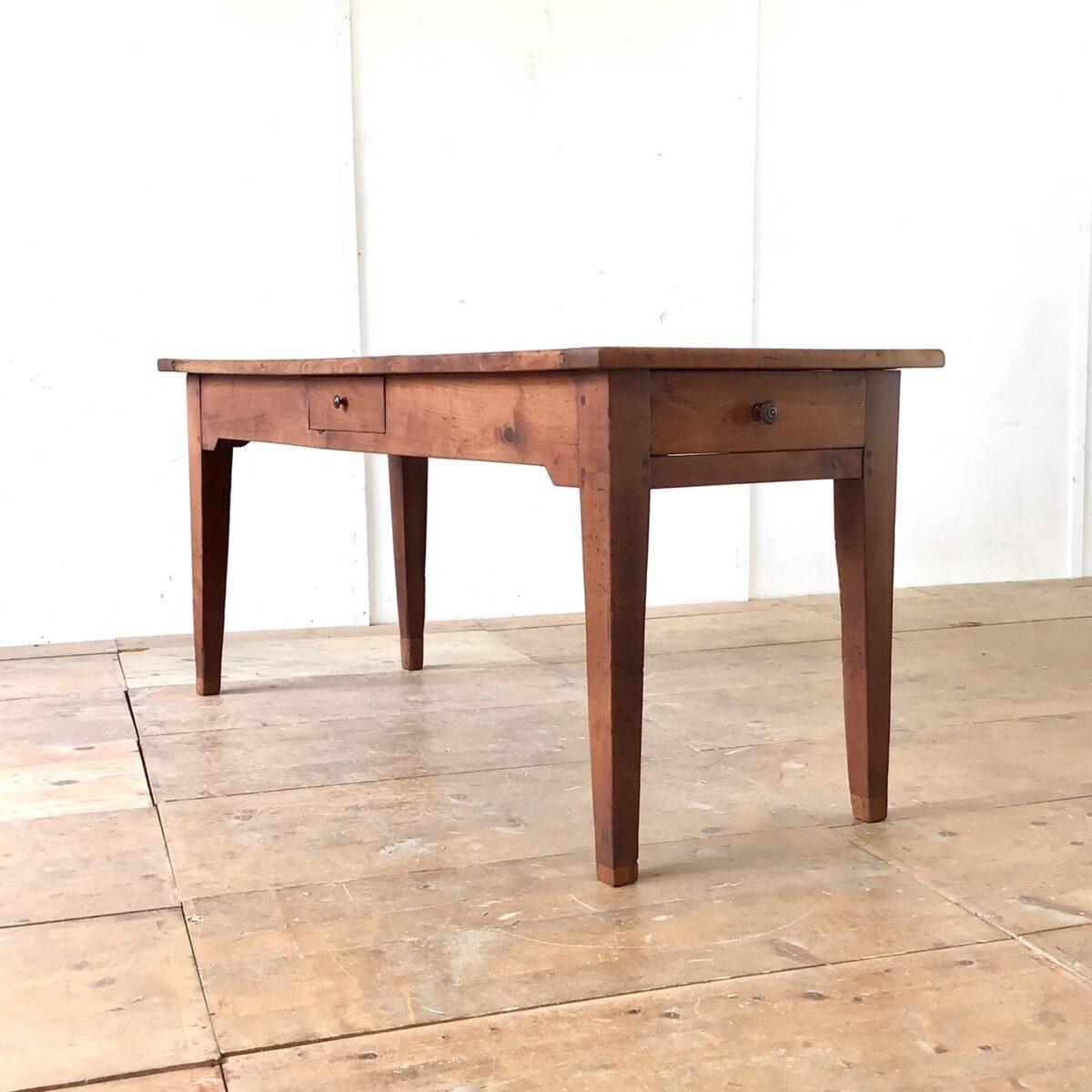 Deuxieme.shop Alter französischer Kirschbaumtisch mit zwei Besteck Schubladen. 171x68cm Höhe 76cm. Verlebtes altes Kirschbaum Vollholz mit Wurmlöchern, Schrammen, Beulen und Verfärbungen. Alters bedingte, leicht unebene Tischoberfläche. Der Tisch ist komplett geschliffen und geölt. Die gröbsten Ausgefressenen Stellen haben wir mit Kirschbaum Stirnholz gefüllt. Solch altes Kirschbaumholz hat eine sehr intensive rötliche Farbe. Tischbeine wurden mal etwas angesetzt, und die Zargen etwas gestutzt um die nötige Beinfreiheit zu gewährleisten.
