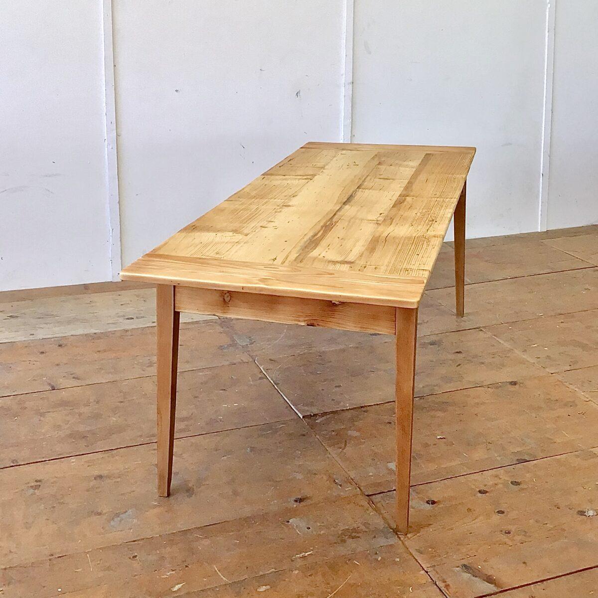 Tannenholz Biedermeiertisch 207x78cm Höhe 72.5cm. Tischbeine frisch verleimt und stabilisiert. Holzoberflächen geschliffen und mit Naturöl behandelt.