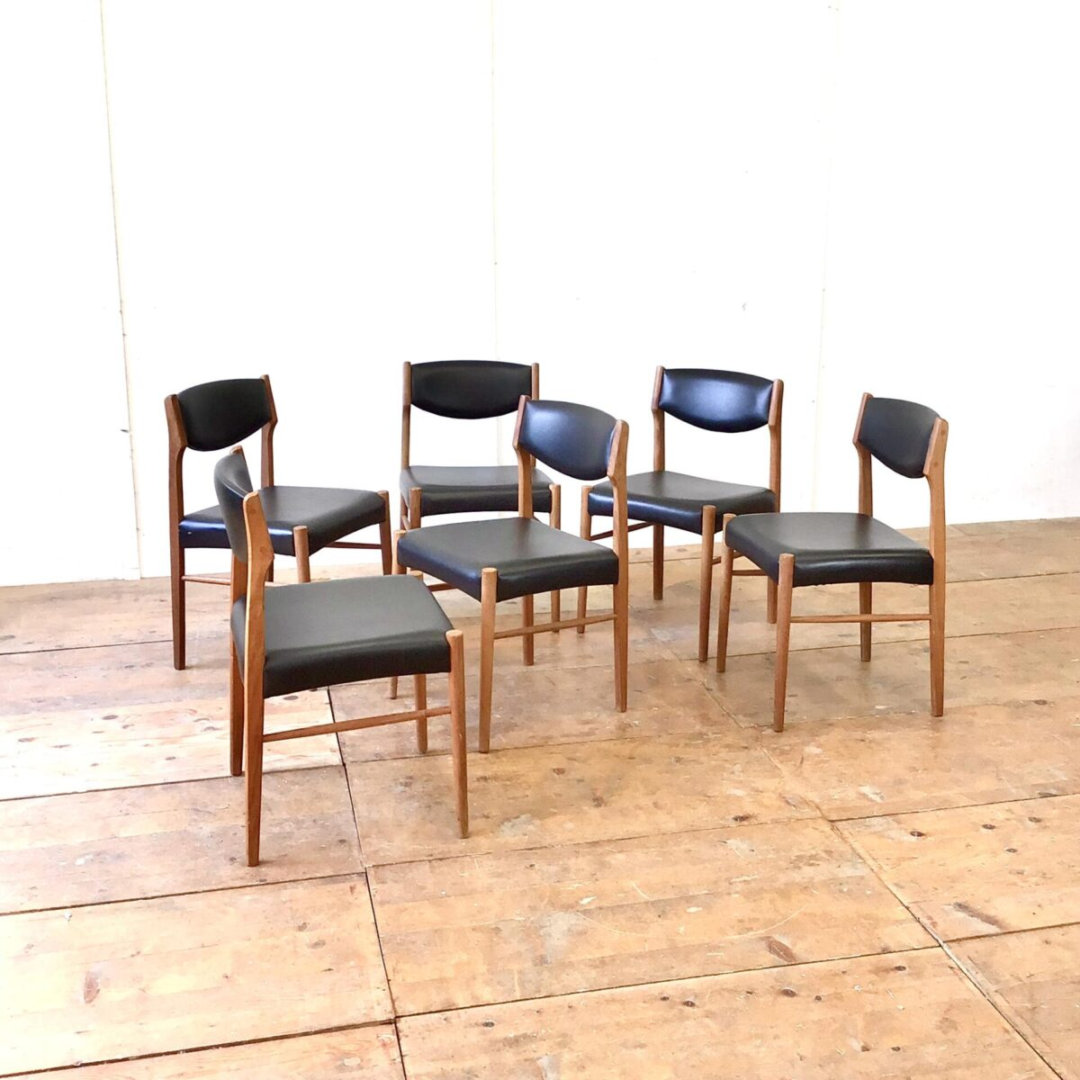 Midcentury teakstühle midcentury dinningchairs danish furniturefe. 6 Midcentury Esszimmer Stühle von SAX Denmark. Stabiler guter Zustand, Lehne und Sitzfläche schwarzes Kunstleder oder Vinyl. Zwei haben kleinere Risse beim Bezug an der Lehne. Ist auf den Fotos ersichtlich.