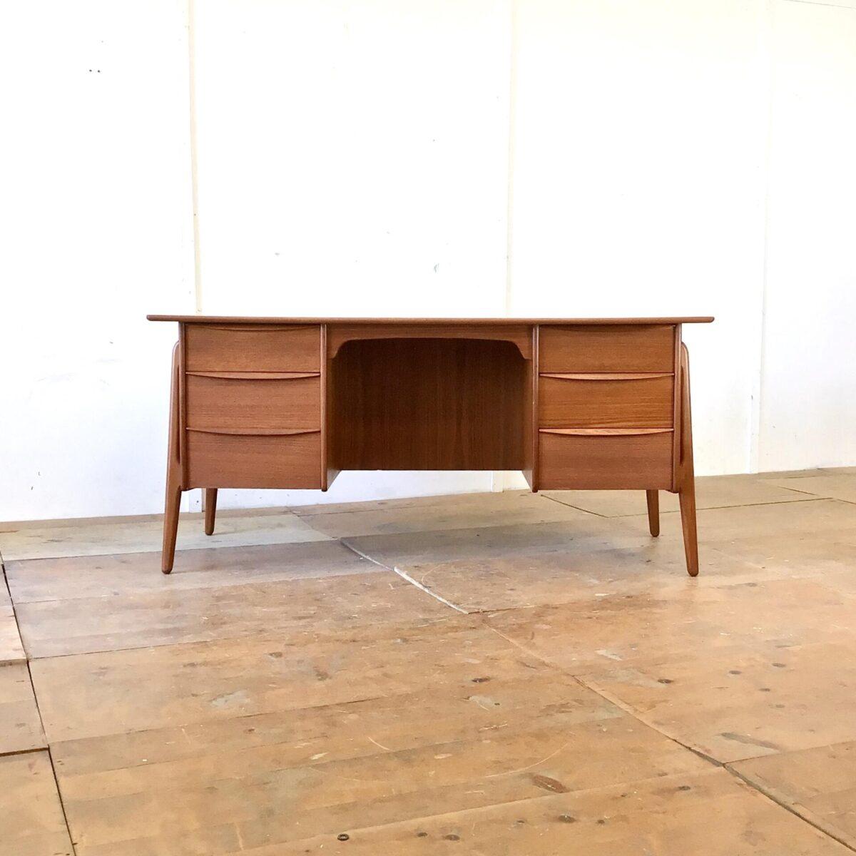 Deuxieme.shop Dänischer Teak Schreibtisch von Svend Åge Madsen für Sigurd Hansen. 156x76cm Höhe 72cm. Dieser Teak Tisch aus den 50er Jahren ist in sehr gutem Zustand und rundherum hochwertig verarbeitet. Einzig auf dem Tischblatt gibt es, im Bereich einer Schreibunterlage, ein farblicher Unterschied.