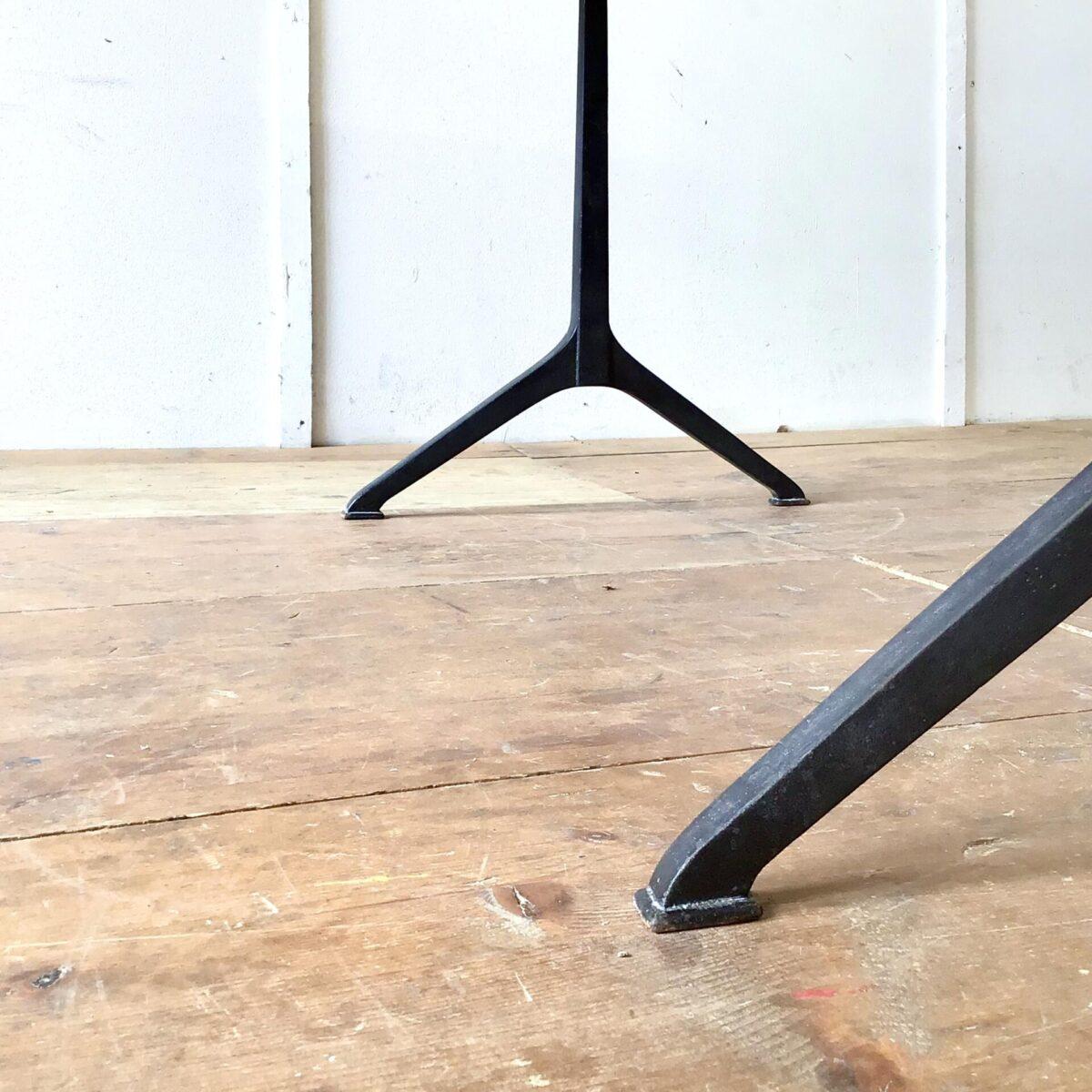 Alter Kirschbaum Wirtshaustisch frisch aufbereitet. 160x80cm Höhe 75cm. Das lebhafte rötliche Tischblatt ist mit Naturöl behandelt. Die klassische Profilkante ist optisch, und für die Unterarme angenehm. Die Gussfüsse zeichnen sich durch ihre klare schnörkellose Form aus. Und sind nochmal etwas schlanker als die vergleichbaren Modelle von horgenglarus.