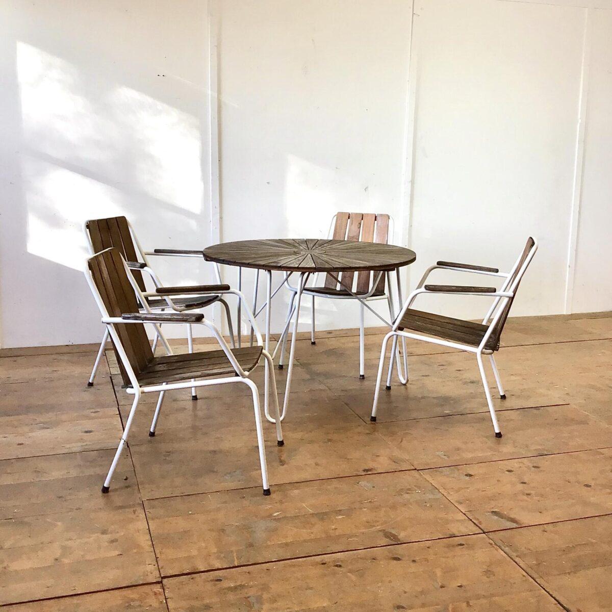 Vintage Gartentisch mit 4 Stühlen. Durchmesser 99cm Höhe 69cm. Die Stapelbaren Armlehnstühle sind sehr bequem. Holzlatten sind aus Teak, welches sehr langlebig und wetterbeständig ist. Es lässt sich auch problemlos etwas auffrischen.