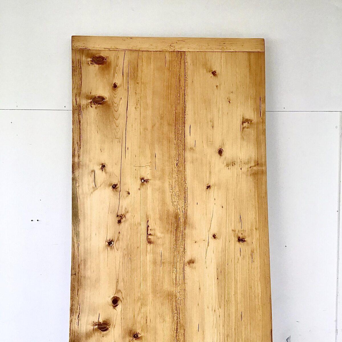 Alter Tannenholz Biedermeiertisch. 242x88cm Höhe 76cm. Dieser Zargentisch ist frisch aufbereitet, filigrane Leichtfüssige Beine und angenehme Beinfreiheit. An dem Esstisch finden 8-10 Personen Platz. Der Holzwurm war mal etwas fleissig, ist jedoch alles in stabilem Zustand. Das Tischblatt ist mittels Holzzapfen schwimmend aufgelegt. Auch von den horgenglarus Haefeli Stühlen sind noch welche vorhanden.
