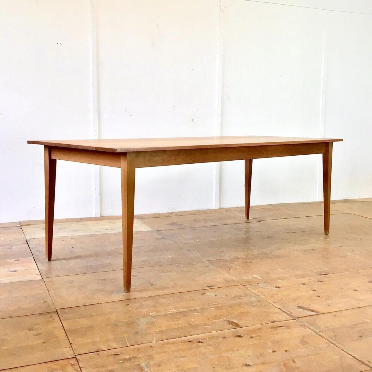 Deuxieme.shop Feingliedriger Esstisch aus Kirschbaum Vollholz. 220x90cm Höhe 76cm. Dieser klassische Holztisch ist ca. 20 jährig und wurde im Biedermeier Stil nachproduziert. Der Tisch ist frisch aufbereitet und mit Naturöl behandelt. Es finden 8-10 Personen daran Platz.