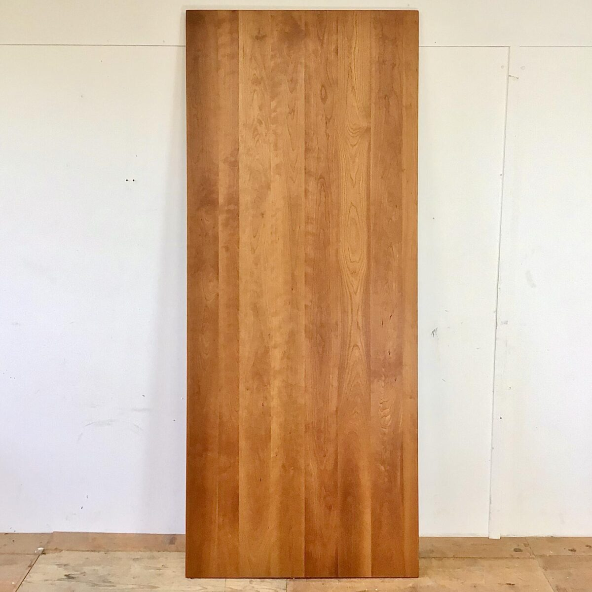 Feingliedriger Esstisch aus Kirschbaum Vollholz. 220x90cm Höhe 76cm. Dieser klassische Holztisch ist ca. 20 jährig und wurde im Biedermeier Stil nachproduziert. Der Tisch ist frisch aufbereitet und mit Naturöl behandelt. Es finden 8-10 Personen daran Platz.