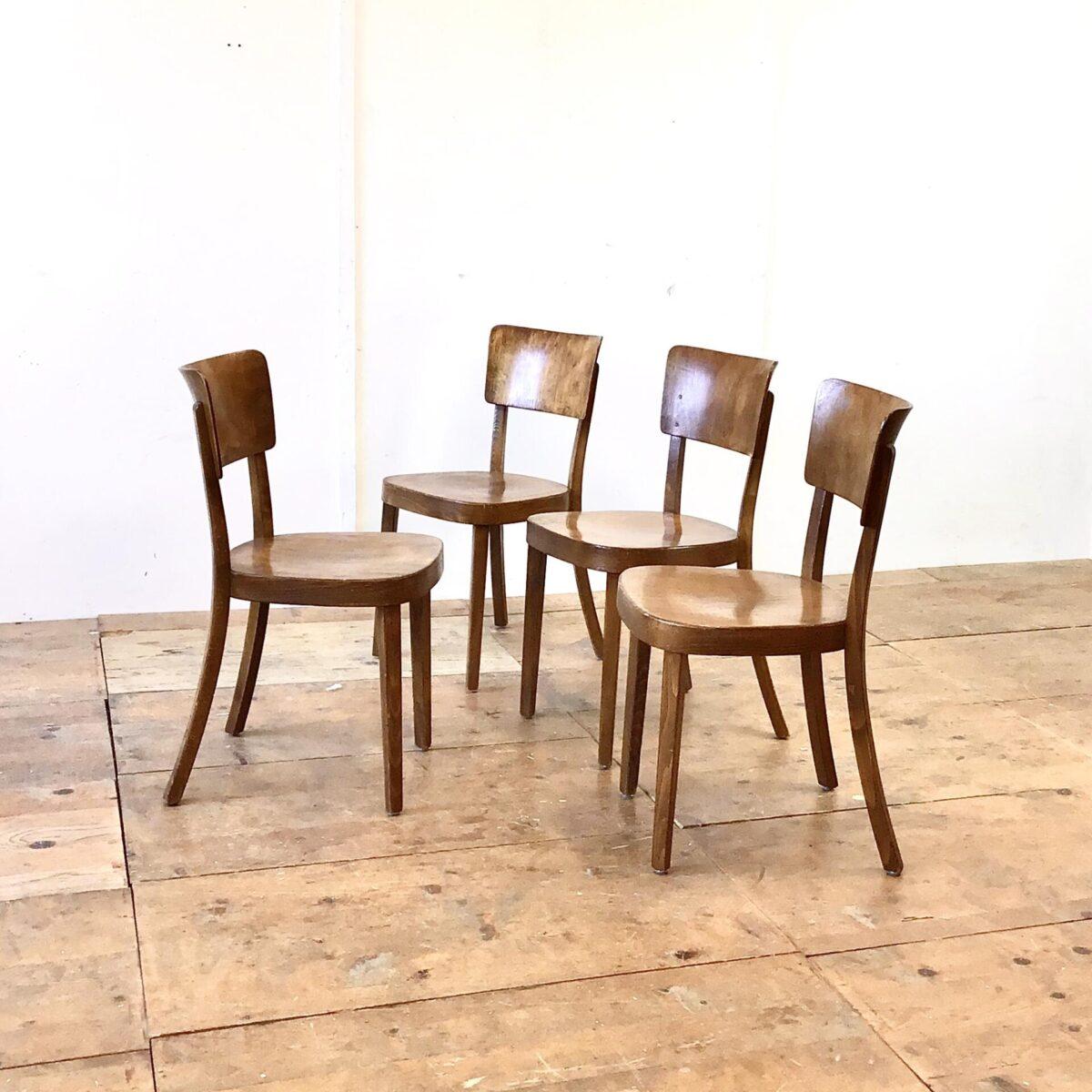 Schön erhaltenes 4er Set horgenglarus Stühle, Modell Safran. Die Holzmaserung ist gut sichtbar mit dunkelbrauner Alterspatina. Dieses Modell wird auch heute noch produziert, haben aber natürlich nicht diese Ausstrahlung. Für mich persönlich eine der bequemsten Rückenlehne die horgenglarus zu bieten hat.