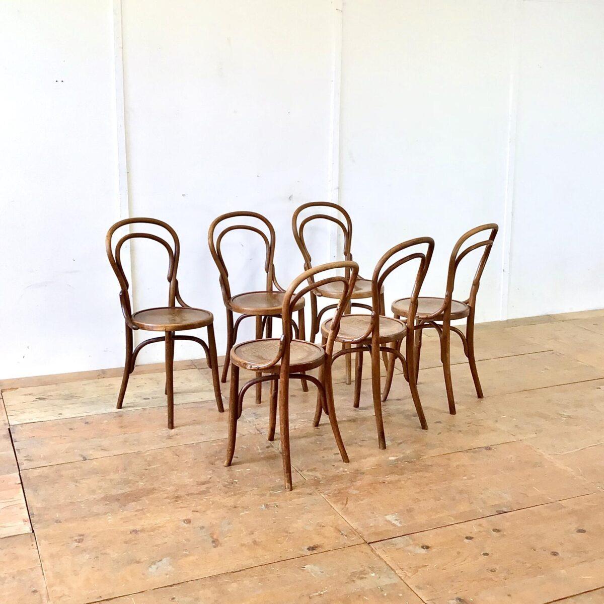 Deuxieme.shop Beizenstühle Esszimmer Stühle. 6er Set Bistrostühle von horgenglarus restauriert. Diese alten Bugholzstühle haben ein schönes Blumenmuster auf der Sitzfläche. Technische Mängel, wie wacklige Vorderbeine, sind frisch verleimt. Warme Kastanienbraune Alterspatina. Unter der Sitzfläche haben die Stühle, die etwas selteneren, Kreuzverstrebungen.