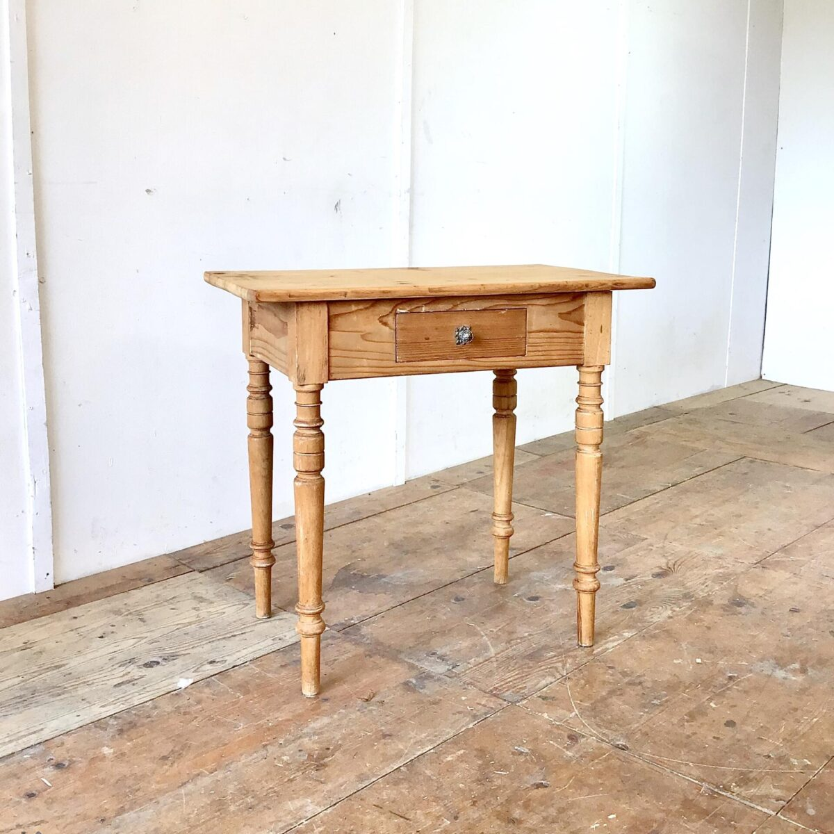 Deuxieme.shop Kleiner Antiker Schreibtisch mit Schublade aus Tannenholz. 82x50.5cm Höhe 77.5cm. Die wackligen Tischbein Verbindungen sind frisch verleimt, das Tischblatt hat ein paar Risse ist aber in stabilem Zustand. Holzoberflächen mit Naturöl behandelt.