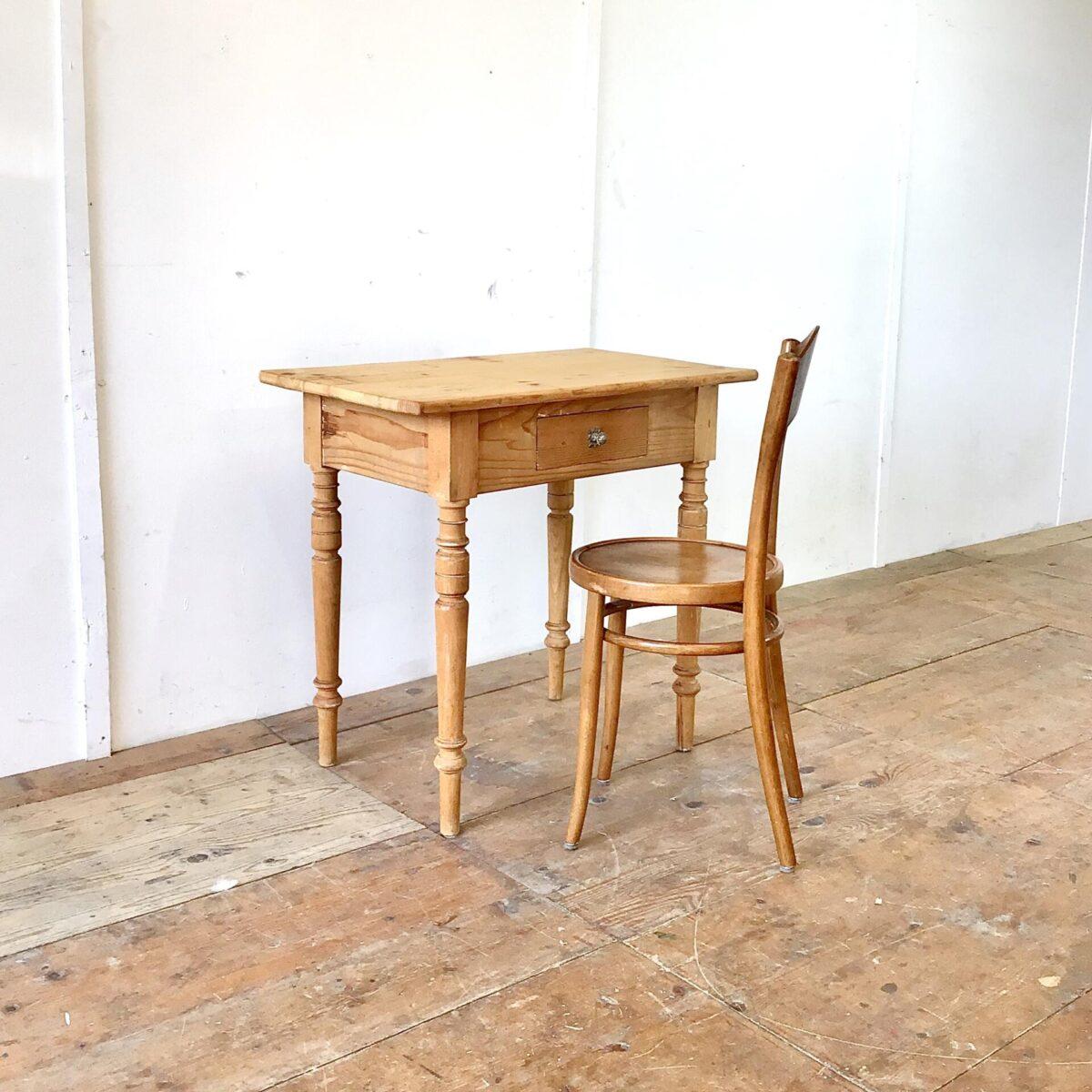 Kleiner Antiker Schreibtisch mit Schublade aus Tannenholz. 82x50.5cm Höhe 77.5cm. Die wackligen Tischbein Verbindungen sind frisch verleimt, das Tischblatt hat ein paar Risse ist aber in stabilem Zustand. Holzoberflächen mit Naturöl behandelt.