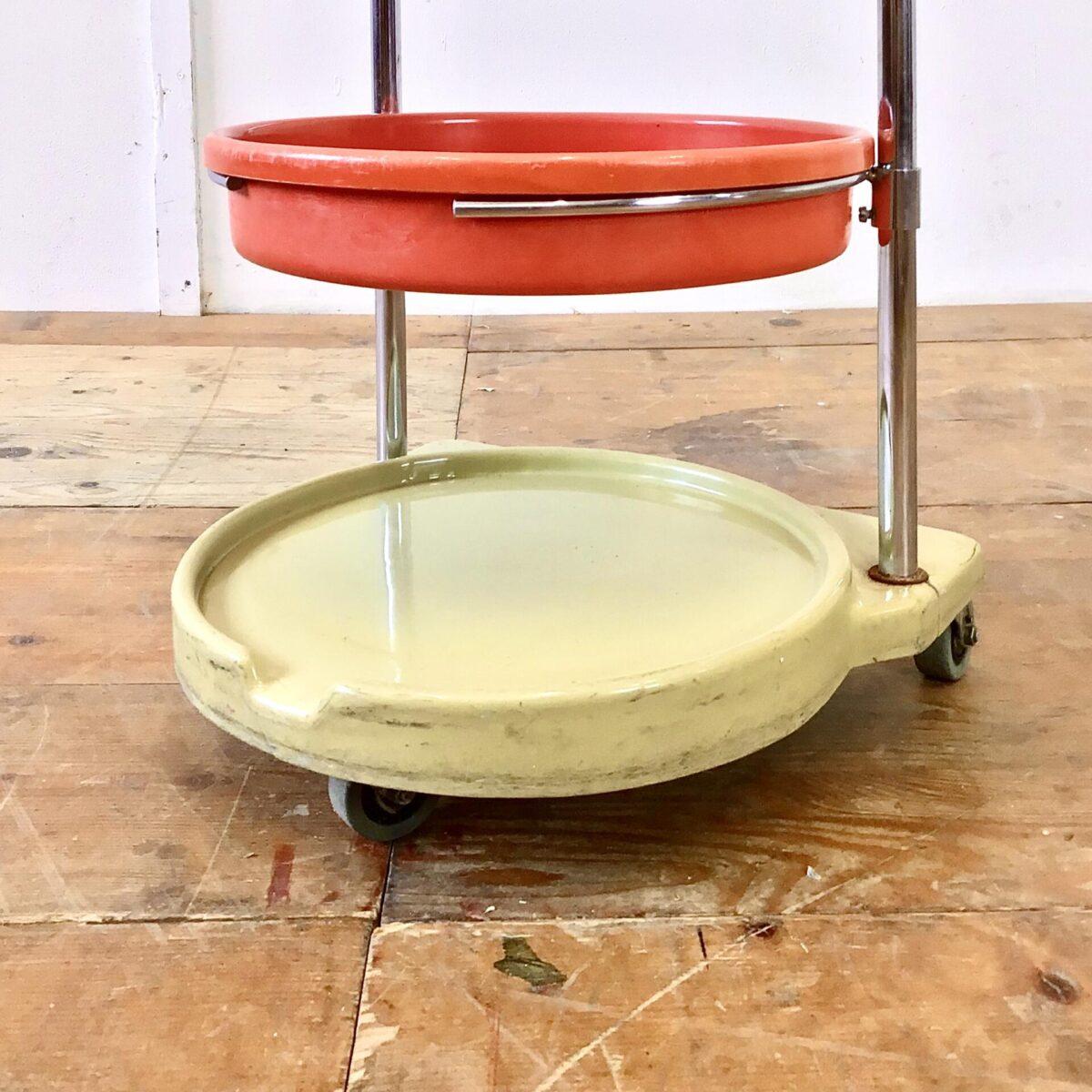 Rundes Metall Regal auf Rollen mit höhenverstellbaren Kunststoff Schalen. Durchmesser 37cm Höhe 89cm. Der Rollwagen stammt wohl ursprünglich aus einem Coiffeure Geschäft, eignet sich aber super als Badezimmer Regal, oder für den täglichen Krimskrams.