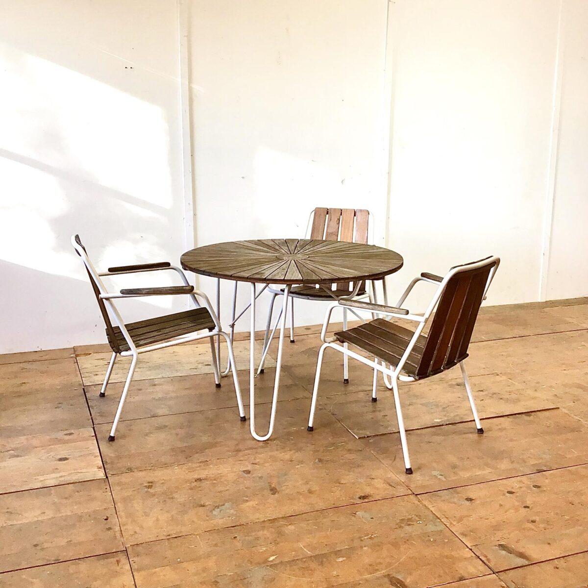 Deuxieme.shop Vintage Gartentisch danish midcentury teaktisch Vintage Gartentisch mit 4 Stühlen. Durchmesser 99cm Höhe 69cm. Die Stapelbaren Armlehnstühle sind sehr bequem. Holzlatten sind aus Teak, welches sehr langlebig und wetterbeständig ist. Es lässt sich auch problemlos etwas auffrischen.