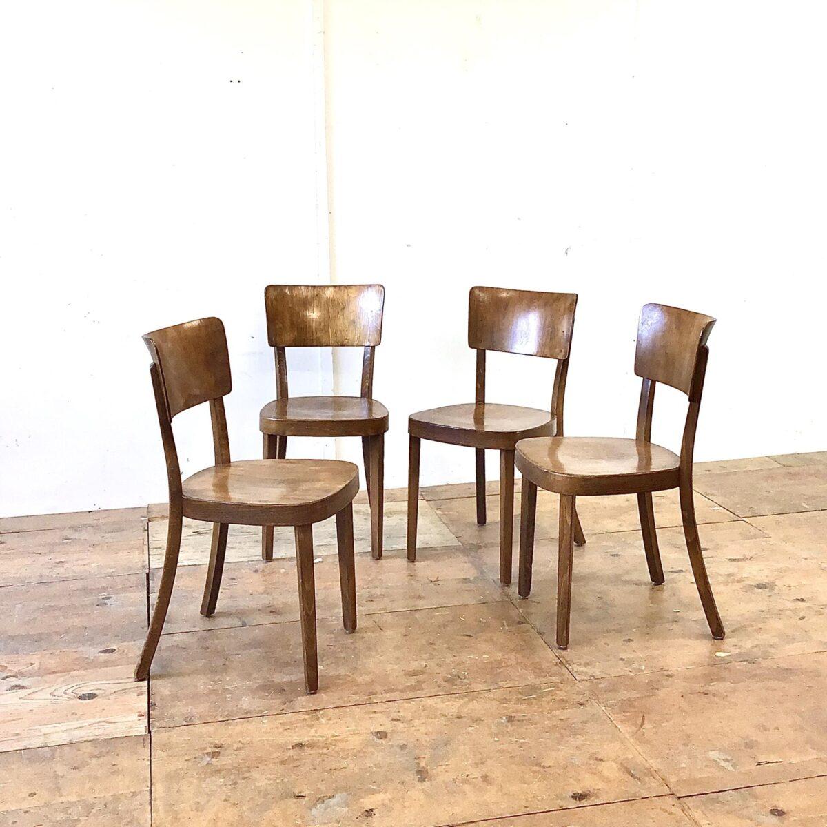 Deuxieme.shop Schön erhaltenes 4er Set horgenglarus Stühle, Modell Safran. Die Holzmaserung ist gut sichtbar mit dunkelbrauner Alterspatina. Dieses Modell wird auch heute noch produziert, haben aber natürlich nicht diese Ausstrahlung. Für mich persönlich eine der bequemsten Rückenlehne die horgenglarus zu bieten hat.