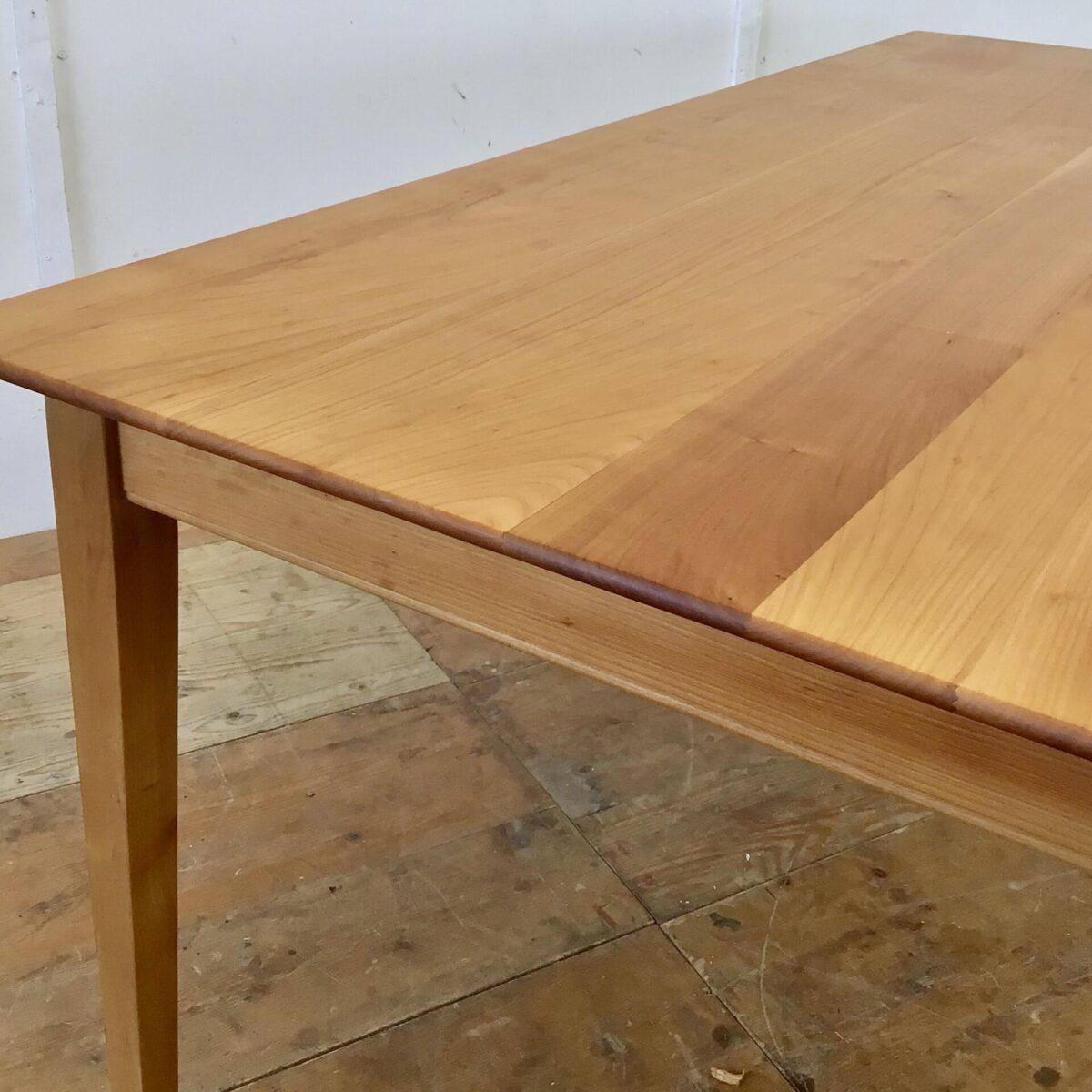 Schlichter Esstisch aus Kirschbaum Vollholz. 180x89.5cm Höhe 75.5cm. Dieser Holztisch ist relativ neu aber sehr hochwertig verarbeitet. Die Kanten sind von unten verjüngt was ihn recht leicht ausschauen lässt, trotz dem 3cm dicken Tischblatt. Der Tisch ist mit Naturöl behandelt.