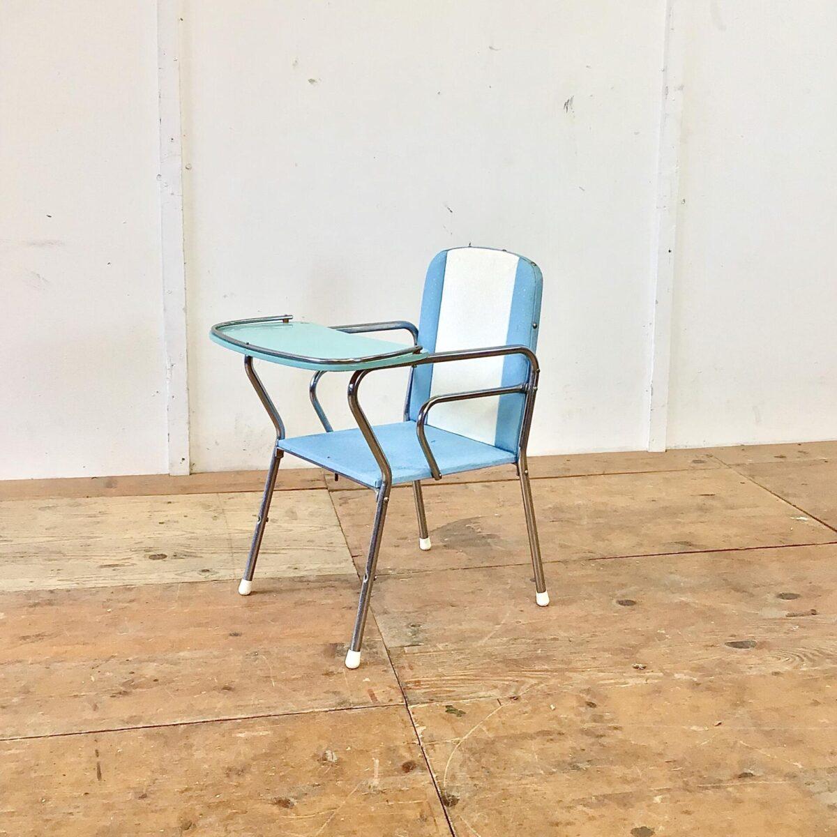 Vintage Kinderstuhl und Tisch. Vom Holländischen Kinderwagen Hersteller Van Delft. Der Stuhl lässt sich zusammen mit dem Tischgestell zum Hochstuhl umbauen. Tischgrösse 56x42cm Höhe 52cm. Sitzhöhe des Stuhls 28cm.