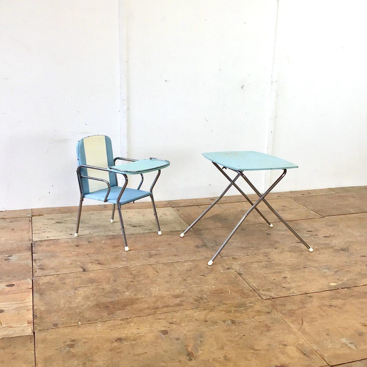 Deuxieme.shop Vintage Kinderstuhl und Tisch. Vom Holländischen Kinderwagen Hersteller Van Delft. Der Stuhl lässt sich zusammen mit dem Tischgestell zum Hochstuhl umbauen. Tischgrösse 56x42cm Höhe 52cm. Sitzhöhe des Stuhls 28cm.