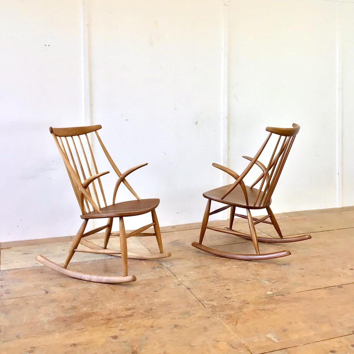 Deuxieme.shop danish midcentury rocking chair 2 Schaukelstühle von Illum Wikkelso, hergestellt von Niels Eilersen 60er Jahre. Diese zwei midcentury Schaukelstühle aus Dänemark, sind aus Buchenholz die Sitzfläche ist mit Teak furniert. Der etwas dunklere ist in schönem Original Zustand, leichte Patina. Der hellere war in schlechtem Zustand. Wurde komplett geschliffen und geölt, und hat jetzt eine lebhafte warm-matte Ausstrahlung. Beide Stühle verfügen über ein Zertifikat unter der Sitzfläche und sind in Stabilem Zustand. Der Preis gilt pro Stuhl.