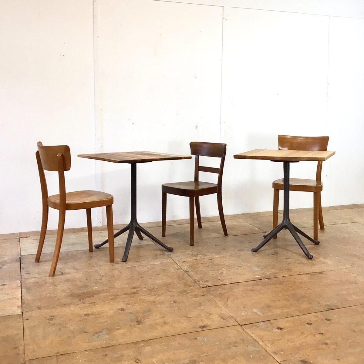 Deuxieme.shop Bistrotische mit Gussfuss von horgenglarus. Preis pro Tisch. Der Nussbaumtisch ist 62.5x62.5cm. Die Eschenholz Variante ist 64x64cm. Der Mittelfuss, savoy, wurde von Studio Hannes Wettstein für horgenglarus Designt. Wir haben weitere solche Füsse im Angebot, und stellen Ihnen gerne ihr Wunschtisch in der entsprechenden Grösse zusammen.