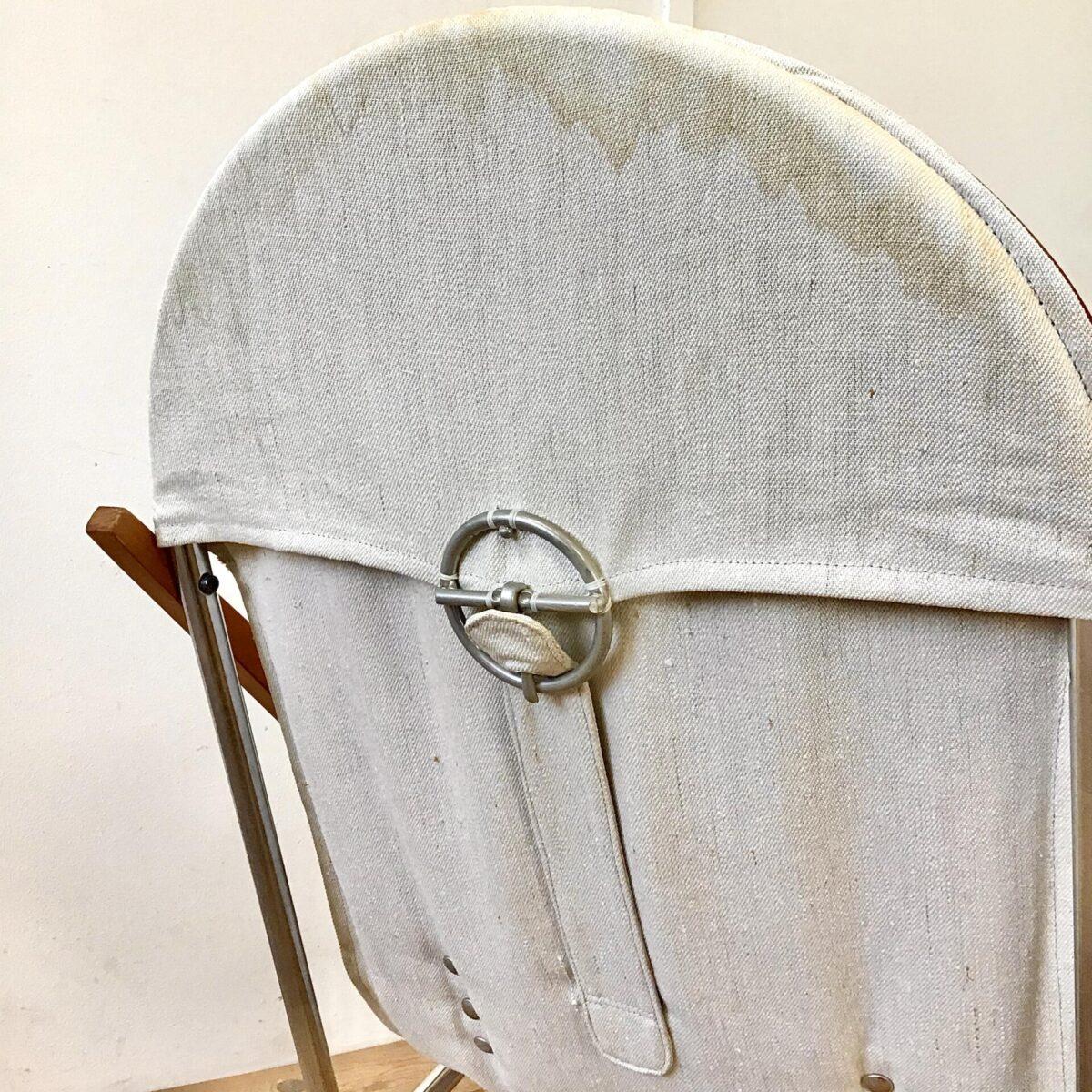 Vintage Leder Schaukelstuhl. Das Stuhlgestell besteht aus Buchenholz und verchromtem Metall. Die Sitzfläche lässt sich mit Spannschnüren under dem Leder etwas variieren. Das kleine Kissen im Rücken kann in der Höhe auf drei verschiedenen Stufen Eingeklipst werden. Die beige Stoff Rückseite hat oben leichte Wasserränder. Bezüglich Hersteller hab ich nichts rausgefunden, die Verarbeitung ist sehr sauber und qualitativ.