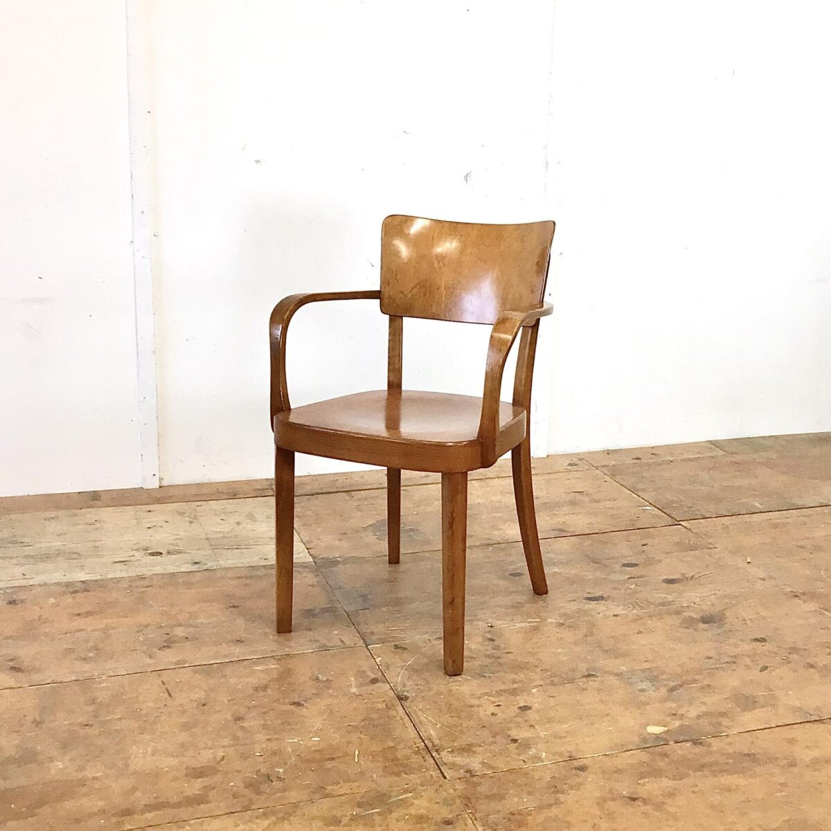 Deuxieme.shop Schöner horgenglarus Armlehnstuhl in gutem Original Zustand. Dieser Stuhl wird heute noch unter dem Namen Safran produziert, jedoch ohne Armlehnen und etwas kleiner. Dieser Stuhl ist mittlerweile selten zu finden, und ist wegen seiner Bequemlichkeit und formschönen Verarbeitung sehr begehrt. Die warme dunkelbraune Ausstrahlung lässt sich nicht nachproduzieren. Das entsteht nur mit dem Lauf der Zeit.