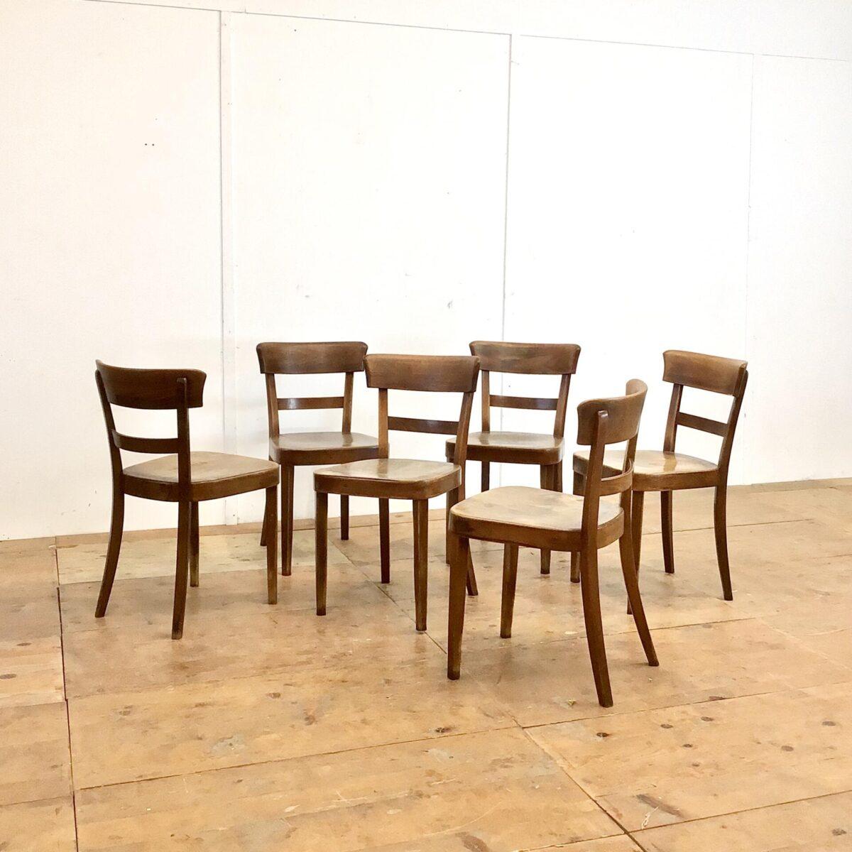 Deuxieme.shop horgenglaruschairs Classic Klassische ältere Beizenstühle von horgenglarus. Preis pro Stuhl. Technisch in stabilem überarbeiteten Zustand. Diese Esszimmer Stühle, mit der kastanienbraunen Alterspatina, schaffen farblich den idealen Kontrast zu einem hellen Tisch und auch den gängigen Buchen oder Eichenholz Böden.