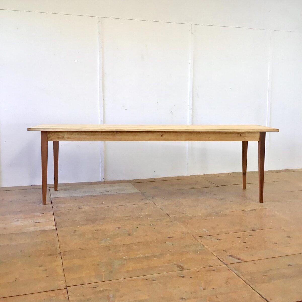 Deuxieme.shop Tannenholz Biedermeiertisch 250x70cm Höhe 77cm. Dieser schlichte lange Holztisch haben wir bei der Restaurierung möglichst geradlinig und Kantig belassen. Der Tisch ist mit Naturöl behandelt. Die Tischbeine sind aus Lärchenholz. Es finden angenehm 10 Personen daran Platz, zur Not passen auch mal 5 Stühle an eine Längsseite.