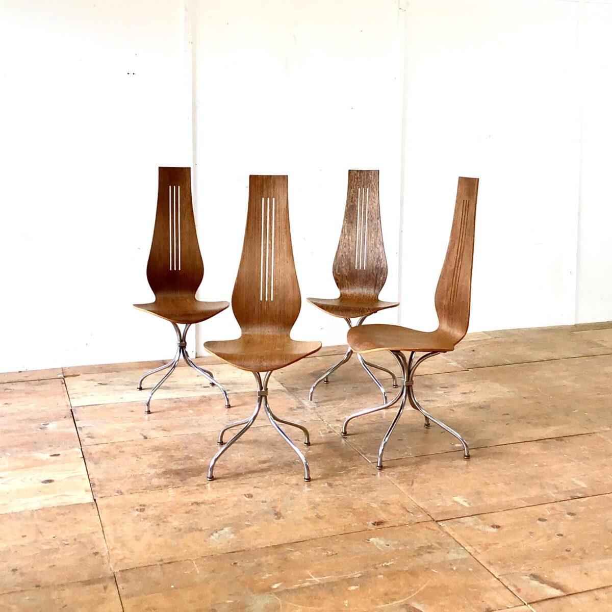 Deuxieme.shop swissmade swissdesign swissfurniture Midcentury Esszimmer Stühle von Theo Häberlin aus den 70er Jahren. Sitzhöhe 45cm gesamt Höhe ca. 106cm. Die Formsperrholz Sitzschale, mit hohem Rücken, ist angenehm zwischen den Schulterblättern. Diese Stühle heben sich vorallem durch die Höhe von anderen Stühlen ab. Die Lehne überragt deutlich die Höhe einer Tischkante. Das Metall Untergestell ist verchromt, stabil und hochwertig ausgeführt. Der kleine Metall Würfel, durch den die Stuhlbeine verlaufen, erinnert mich an Art déco Möbel Elemente. Einer der Stühle unterscheidet sich deutlich durch die lebhafte Holzmaserung.