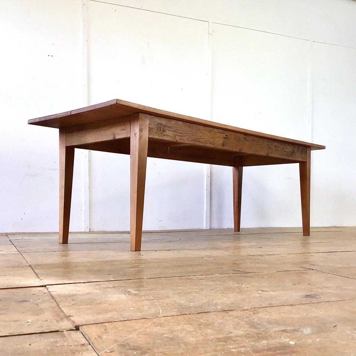 Rötlicher Buchenholz Esstisch. 231x82cm Höhe 76cm. Dieser Lebhafte Holztisch mit Wurmlöchern und Alterspatina ist unrestauriert. Jedoch alles stabil und in Alltagstauglichem Zustand.