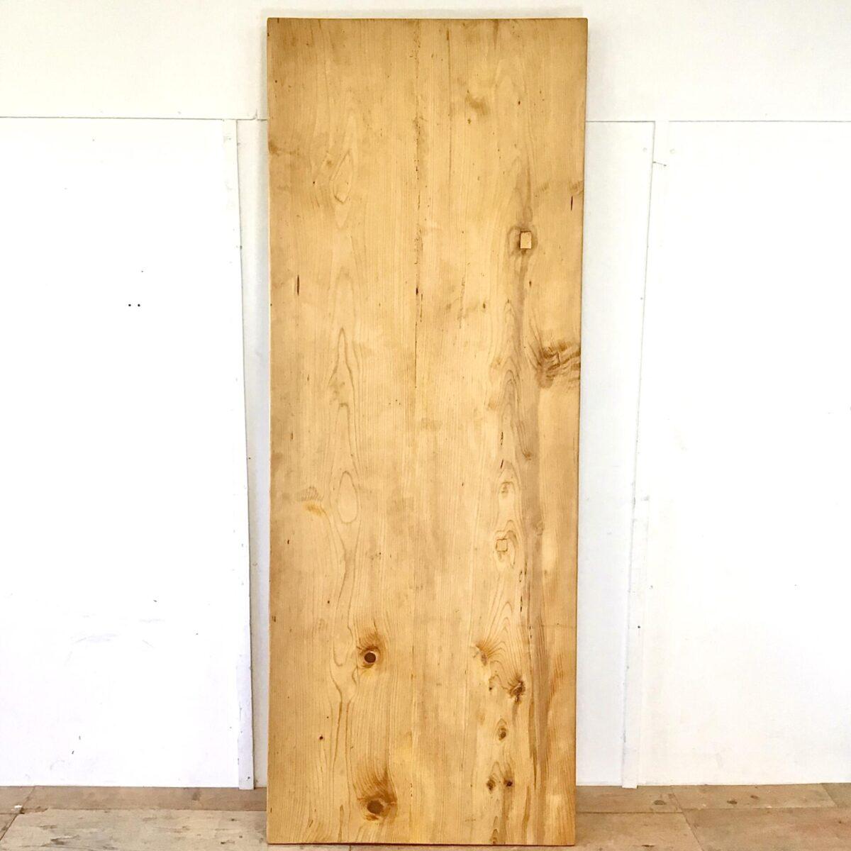 Frisch Aufbereiteter Biedermeiertisch aus Tannenholz. 232x88cm Höhe 77cm. Dieser Esstisch zeichnet sich durch seine praktische Grösse aus, vorallem die grosszügige Tiefe von 88cm ist bei den alten Biedermeier Tischen schwieriger zu finden. Auch das Tischblatt, bestehend aus nur zwei breiten Brettern, hat einen gewissen Seltenheitswert. Auf der Unterseite ist deutlich das Alter zu sehen, durch die Handgehobelte Struktur. Die Holzoberflächen sind mit Naturöl behandelt.