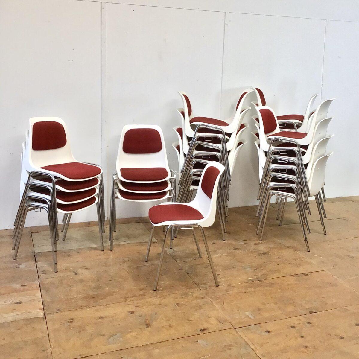 30 Schalenstühle von Helmut Starke. Preis pro Stuhl. Weisse Kunststoff Sitzschalen mit rotem Polster und verchromten Metall Gestell. Diese Stühle lassen sich seitlich zusammen verbinden, wie dies feuertechnisch bei einer Saalbestuhlung erforderlich ist. Für den Privaten Gebrauch lassen sich die Verbindungsbeschläge Sicherlich entfernen. Ein paar wenige sind schon ohne diese Konstruktion. Der rote Stoff Bezug ist in recht gepflegtem Zustand. Die Stühle sind recht bequem, und passen sich durch die leichte Flexibilität, dem Benutzer an.