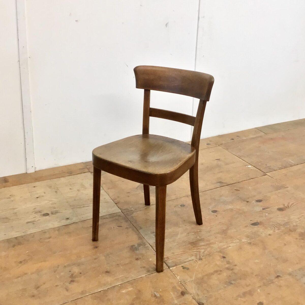 Klassische ältere Beizenstühle von horgenglarus. Preis pro Stuhl. Technisch in stabilem überarbeiteten Zustand. Diese Esszimmer Stühle, mit der kastanienbraunen Alterspatina, schaffen farblich den idealen Kontrast zu einem hellen Tisch und auch den gängigen Buchen oder Eichenholz Böden.