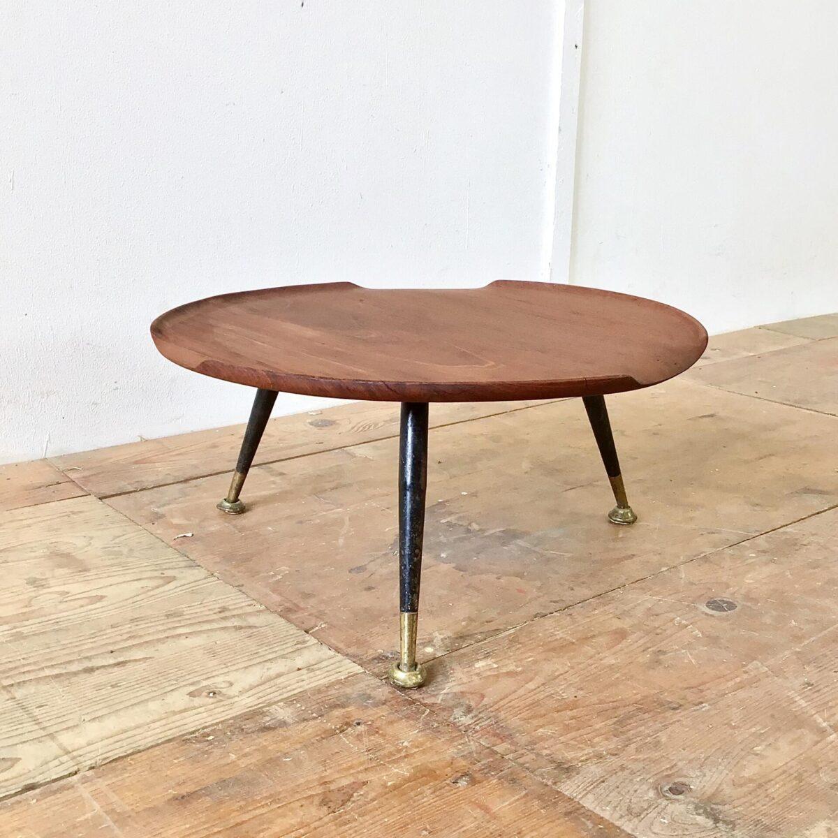 Kleiner midcentury Blumentisch Durchmesser 50cm Höhe 24.5cm. Dieser Salontisch aus Teakholz ist relativ niedrig. Er eignet sich als Blumentisch, für den Pausentee am Boden mit Sitzsack, oder als Etagere auf dem Tisch.