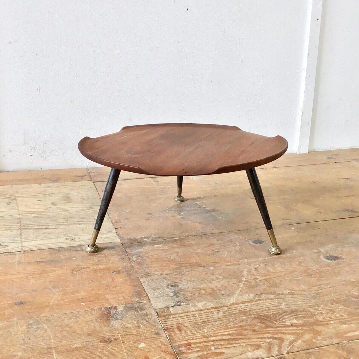 Deuxieme.shop midcentury teak coffetable. Kleiner midcentury Blumentisch Durchmesser 50cm Höhe 24.5cm. Dieser Salontisch aus Teakholz ist relativ niedrig. Er eignet sich als Blumentisch, für den Pausentee am Boden mit Sitzsack, oder als Etagere auf dem Tisch.