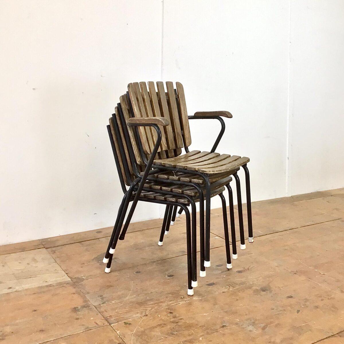 Vintage Gartenstühle stapelbar mit Holzlatten. Einer mit Armlehnen und drei ohne. Hersteller nicht ersichtlich, Bks Denmark hat Gartenstühle in ähnlichem Stil produziert. Die Holzlatten wurden mal etwas gebeizt, hätte man auch schöner machen können. Aber insgesamt in gesundem Vintage Zustand.